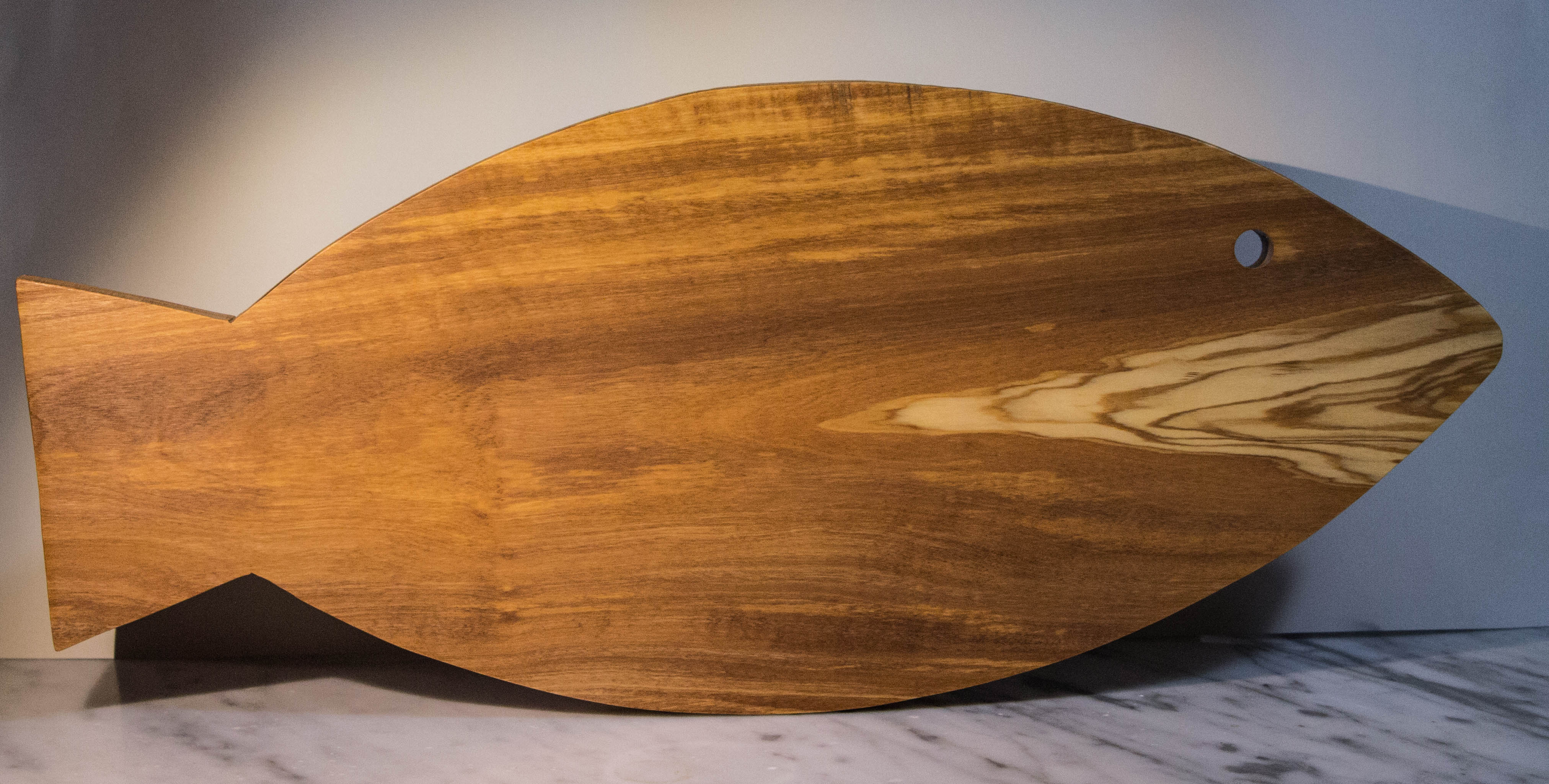 Parquet In Legno Di Ulivo tagliere a forma di pesce, dimensioni grandi realizzato in legno di olivo.